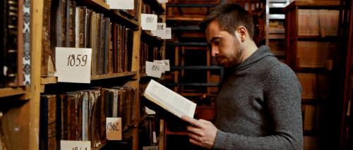 Während der Mittagspausen ging Maxym in die historische Bibliothek und suchte entsprechende Literatur