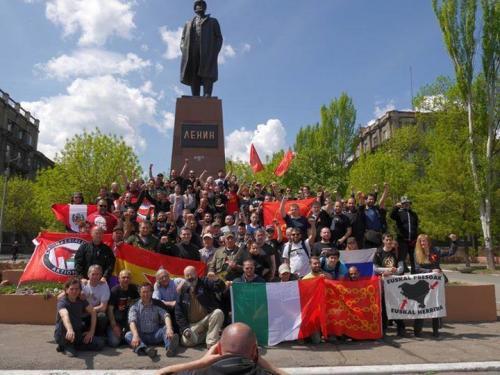 Antiimps in Altschewsk vor Lenindenkmal