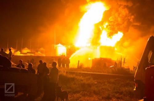 brennendes Tanklager
