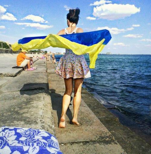 junge Frau auf der Krim mit ukrainischer Flagge
