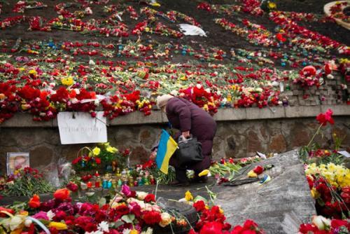 Blumen und Kerzen für die Toten