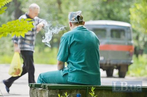 rauchender ukrainischer Arzt