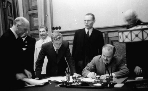 Unterzeichnung des Nichtangriffspakts zwischen der UdSSR und Deutschland am 23. August 1939 durch Wjatscheslaw Molotow