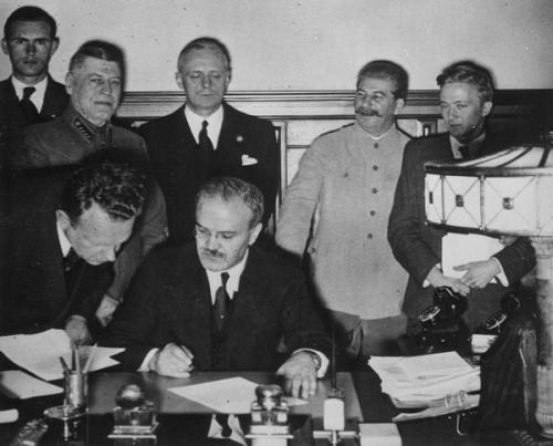 Unterzeichnung des Deutsch-Sowjetischen Grenz- und Freundschaftsvertrages am 28. September 2014.
