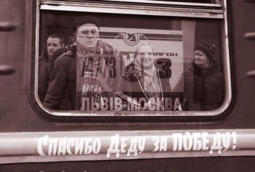 ukrainische Arbeitsmigranten beim Zug Lwiw-Moskau