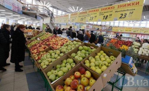 Sonderangebote in der Obstabteilung in einem ukrainischen Supermarkt